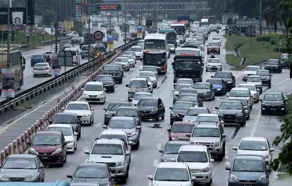 PLUS said traffic heading towards north and south is smooth as many of those celebrating Deepavali have arrived at their respective destinations for the celebration today. ― Bernama pic