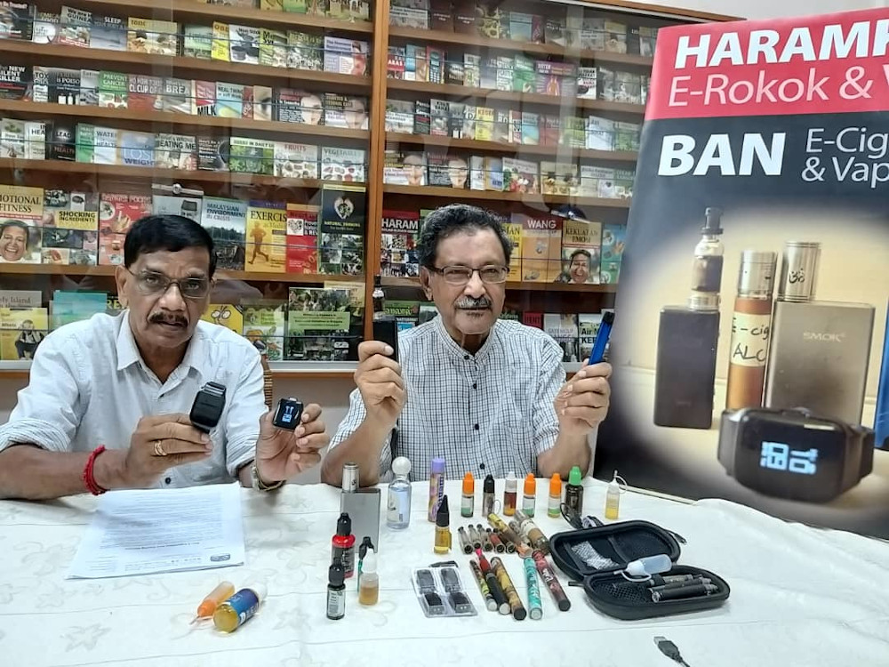 Mohideen Abdul Kader (right) called for a total ban on e-cigarettes and vaping devices.