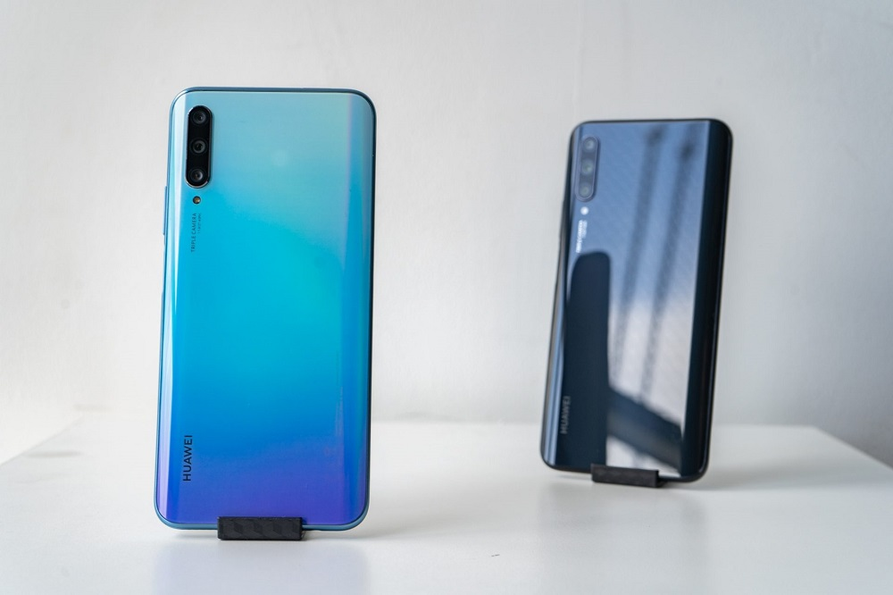 The Huawei Y9s is available in two colours — Midnight Black and Breathing Crystal. — SoyaCincau pic