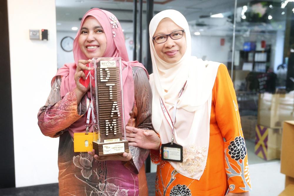 Ophthalmologist officers Asmah Ahmad (left) and Nor Aini Hanafi (right) from the Tuanku Ja'afar Hospital, Seremban had won the DTAM's People-Centric Award for their innovative eye-chart. — Pictures by Ahmad Zamzahuri