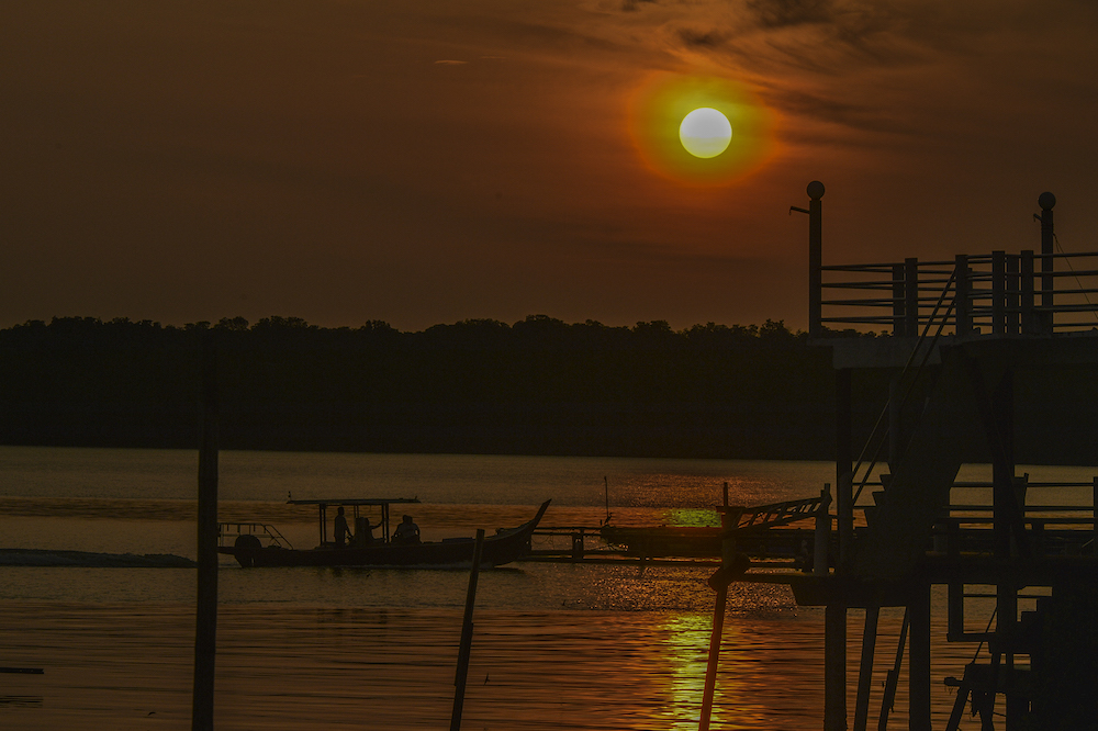 The sun sets over Kampung Kukup Laut in Kukup, Pontian November 3, 2019. — Picture by Shafwan Zaidon