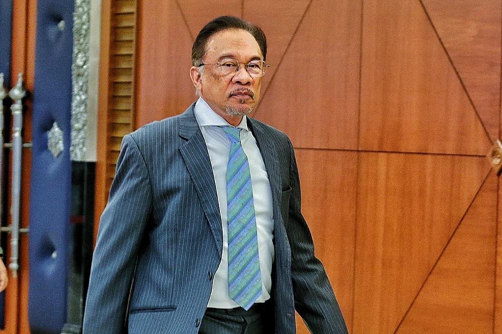 Datuk Seri Anwar Ibrahim arrives at the Parliament Lobby in Kuala Lumpur November 6, 2019. — Picture by Ahmad Zamzahuri