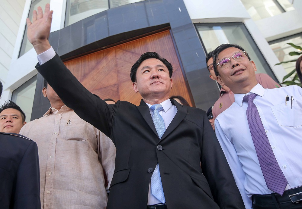 Perak DAP assemblyman Paul Yong waves at supporters outside the High Court in Ipoh November 26, 2019. — Picture by Farhan Najib