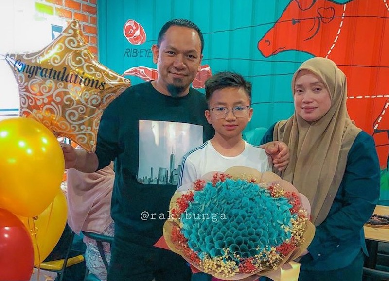 Muhammad Danish Haziq received a RM10,000 money bouquet from his parents for his UPSR results. — Picture from Facebook/Rak.bunga