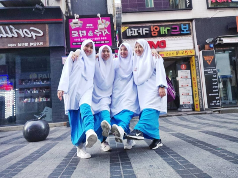 The memorable trip for the four women, was made even more special as they donned their school uniforms. — Picture from Facebook/Eina Sani