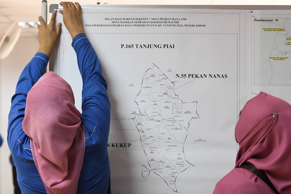 Election Commission staff prepare for Nomination Day for the Tanjung Piai by-election at Intan Pontian Jubilee Hall in Pontian November 1, 2019. — Bernama pic