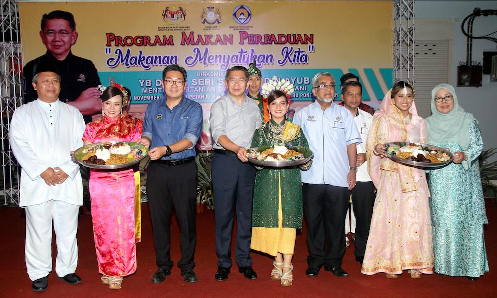 Agriculture and Agro-based Industry Minister Datuk Seri Salahuddin Ayub and his deputy Sim Tze Tzin attend the 'Makan Perpaduan' programme in Pontian November 1, 2019. — Bernama pic