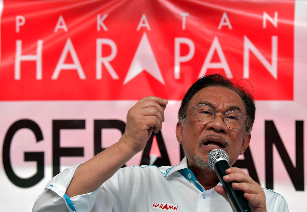 PKR president Datuk Seri Anwar Ibrahim has refused to apologise for the recent sacking of a Central Leadership Council member. — Bernama pic