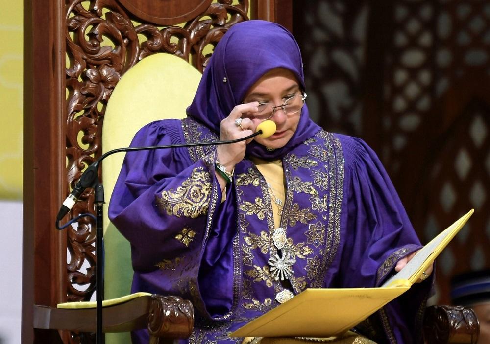 Raja Permaisuri Agong Tunku Hajah Azizah Aminah Maimunah Iskandariah received the 2019 Craft Icon of the Year Award by the World Craft Council today. — Bernama pic