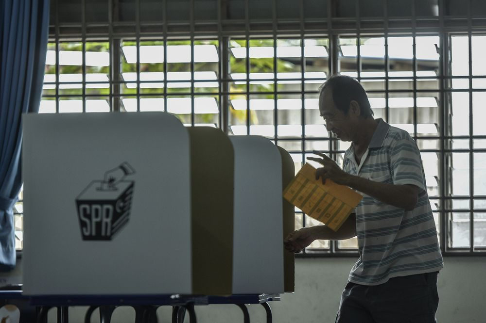 A senior citizen casting his vote during the Tanjung Piai by-election at SJK(C) Cheow Min in Pontianm November 16, 2019. — Picture by Shafwan Zaidon