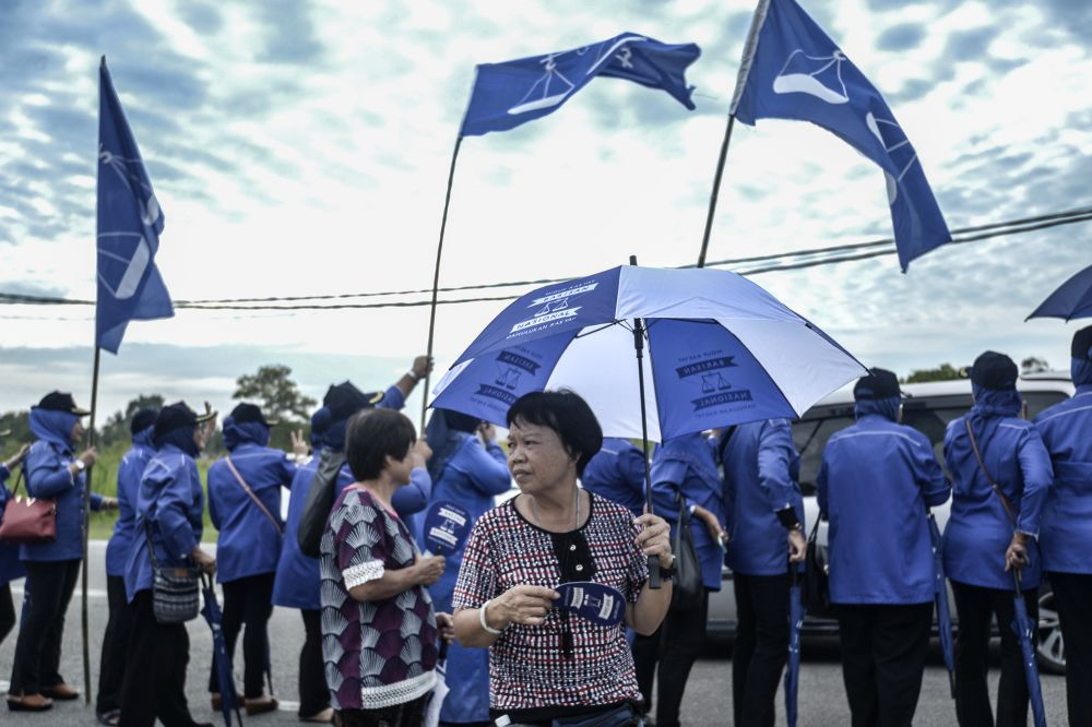 Barisan Nasional supporters are pictured at SJK(C) Cheow Min during the Tanjung Piai by-election, Pontian November 16, 2019. — Picture by Shafwan Zaidon