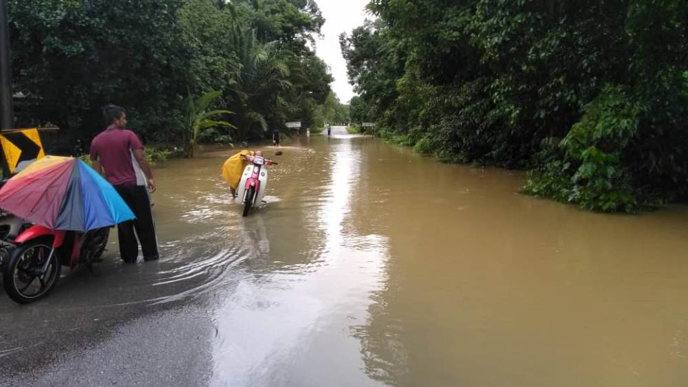 According to the portal of the Department of Irrigation and Drainage (DID), the levels of three rivers in Setiu and one in Besut had breached the danger point. ― Picture via Twitter/bernamadotcom