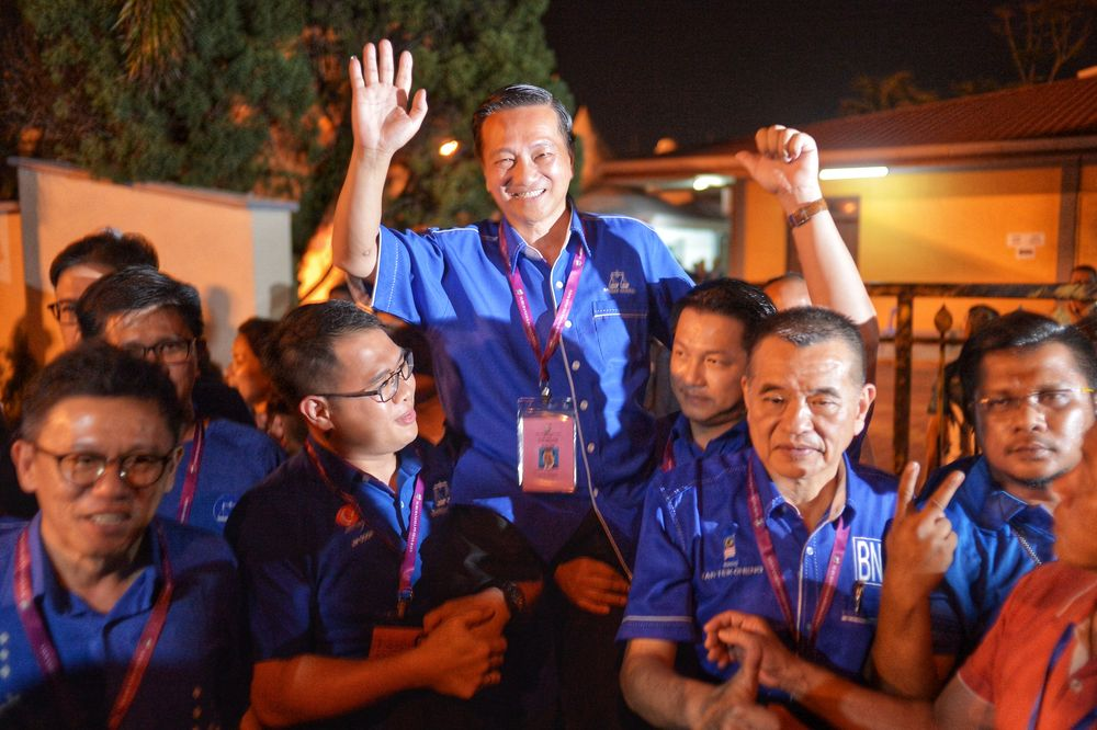 BN's Datuk Seri Wee Jeck Seng celebrate after winning the Tanjung Piai by-election, November 16, 2016. — Picture by Shafwan Zaidon