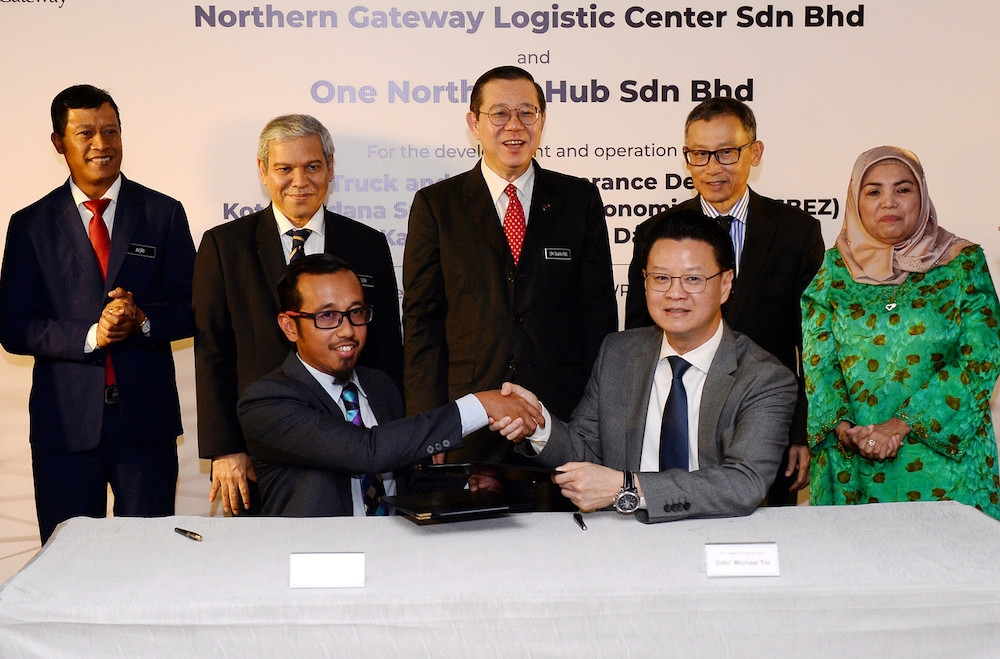 Finance Minister Lim Guan Eng witnessing the signing of a strategic partnership between Northern Gateway Logistic Centre Sdn Bhd and One Northern Hub Sdn Bhd in Putrajaya, December 3, 2019. — Bernama pic