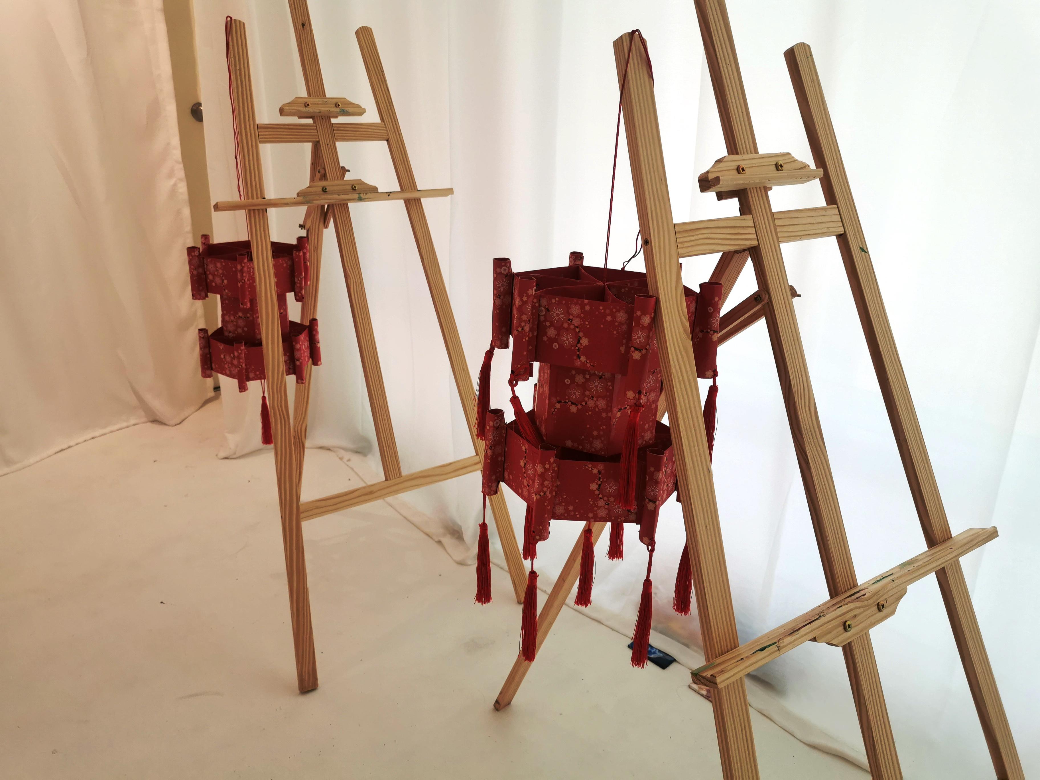 """吴瑜羚跟吴爸爸事先""""彩排""""了一次,来决定学员能够完成红包制作灯笼的时间。-杨琇媖摄-"""
