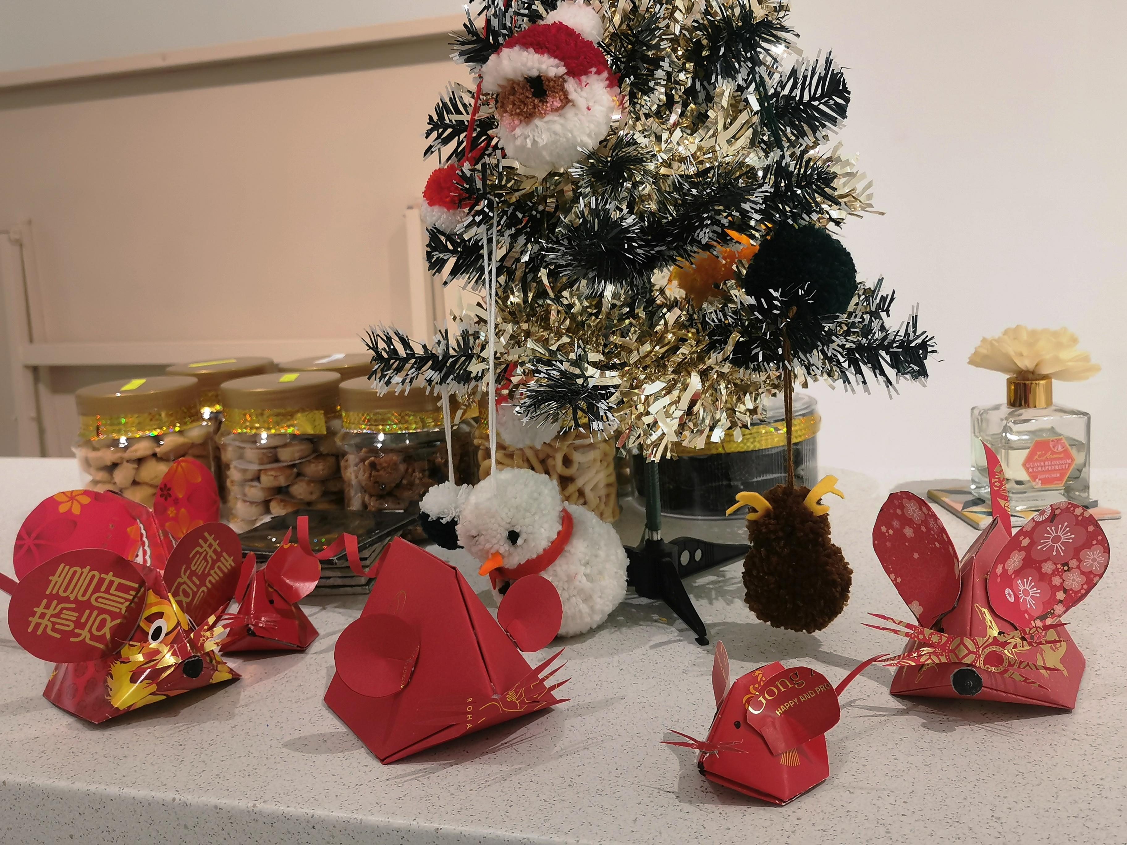 """由于圣诞节和农历新年时间太过接近,出现了手作红包鼠作品和圣诞节戳戳乐作品""""齐聚一堂""""的情况。-杨琇媖摄-"""