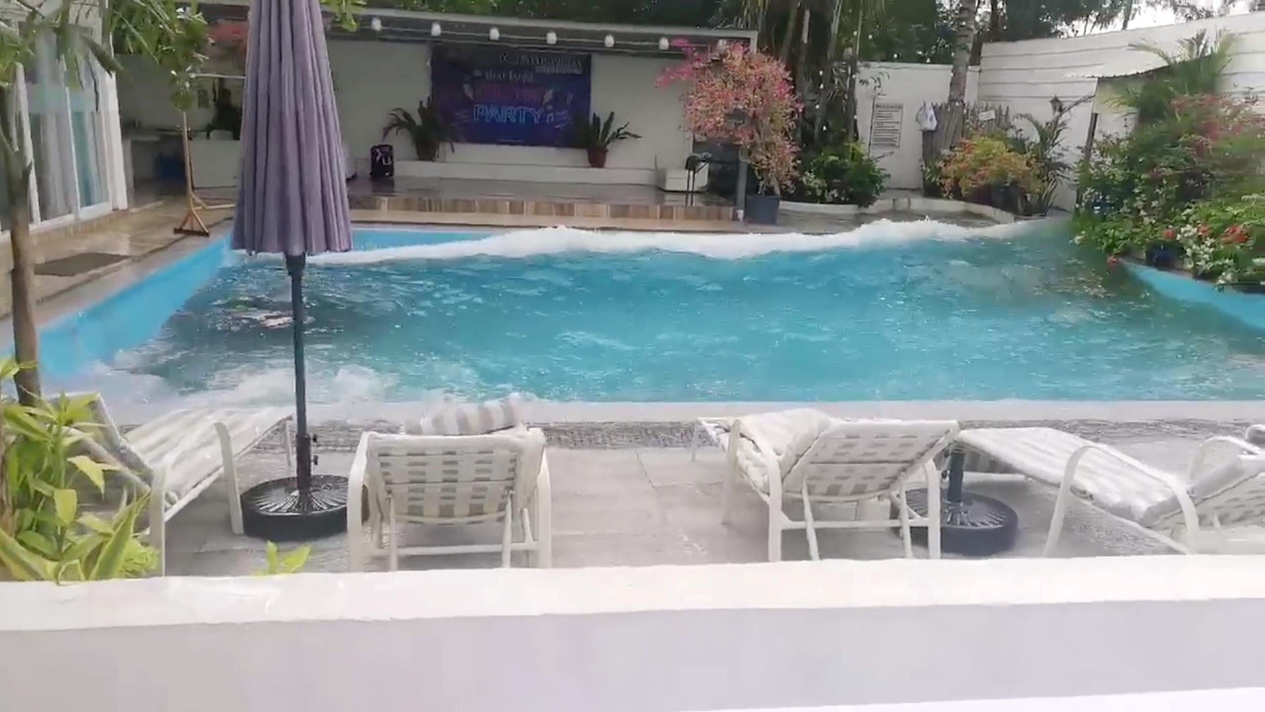 """地震发生时,当地有泳池在震动中变得""""波涛汹涌""""。-路透社-"""