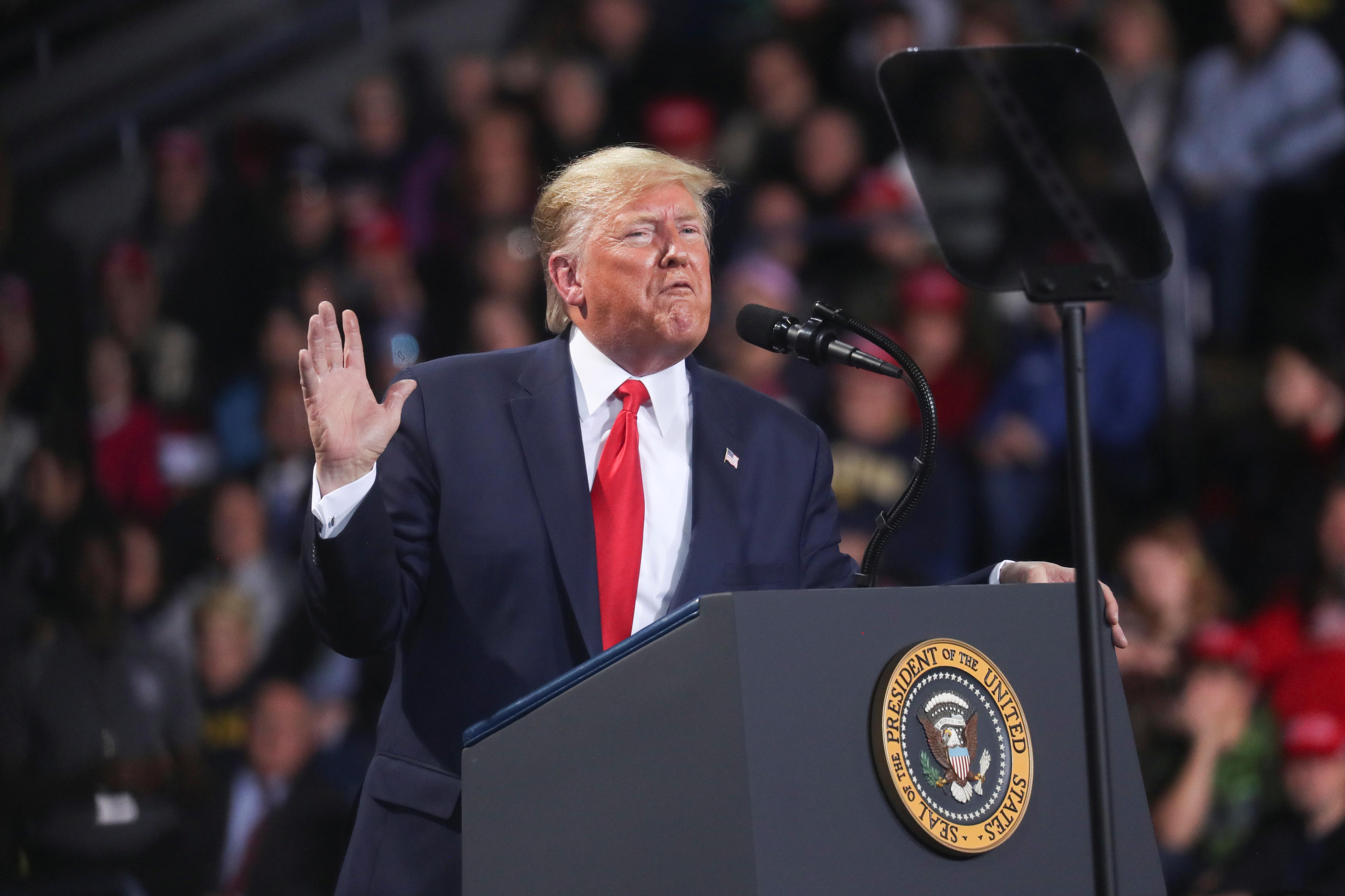 特朗普在密歇根的造势活动上,呼吁民众用选票踢走民主党籍众院议长佩洛西。-路透社-