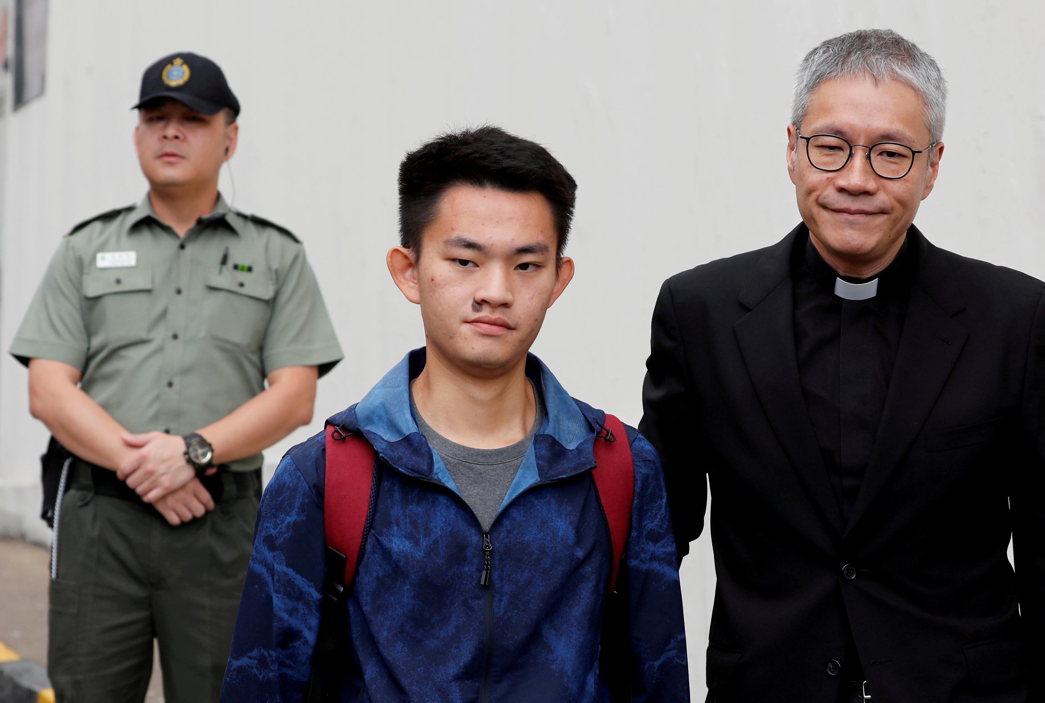 港府当初推动引爆反送中运动的《逃犯条例》修订,宣称要让陈同佳(中)能依法被引渡到台湾受审只是近因,背后有更复杂的远因。-路透社-
