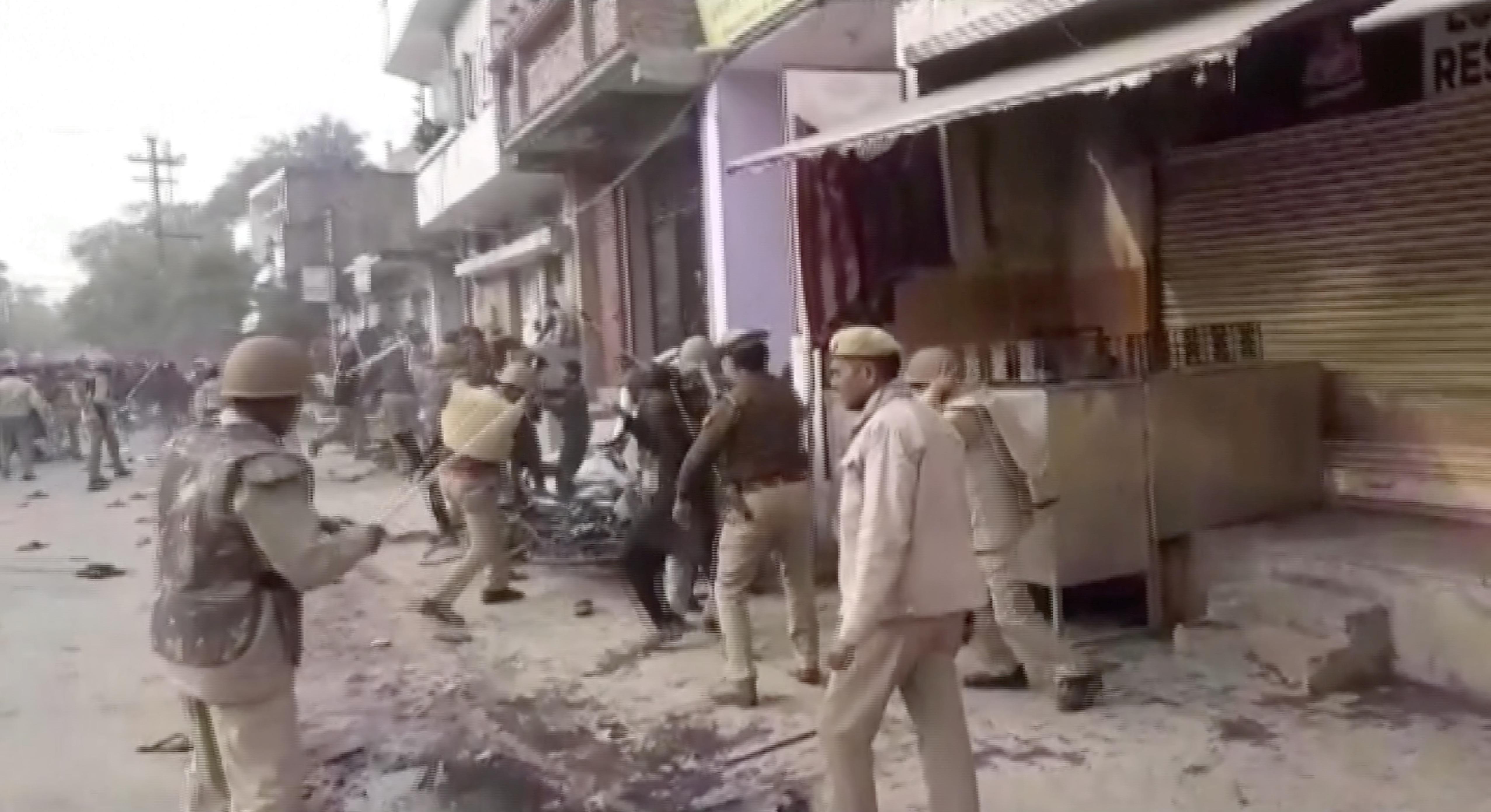 北方邦有示威者向警员掷石、火烧警岗,警察则用警棍追打示威者,周五的警民冲突造成6死。-路透社-
