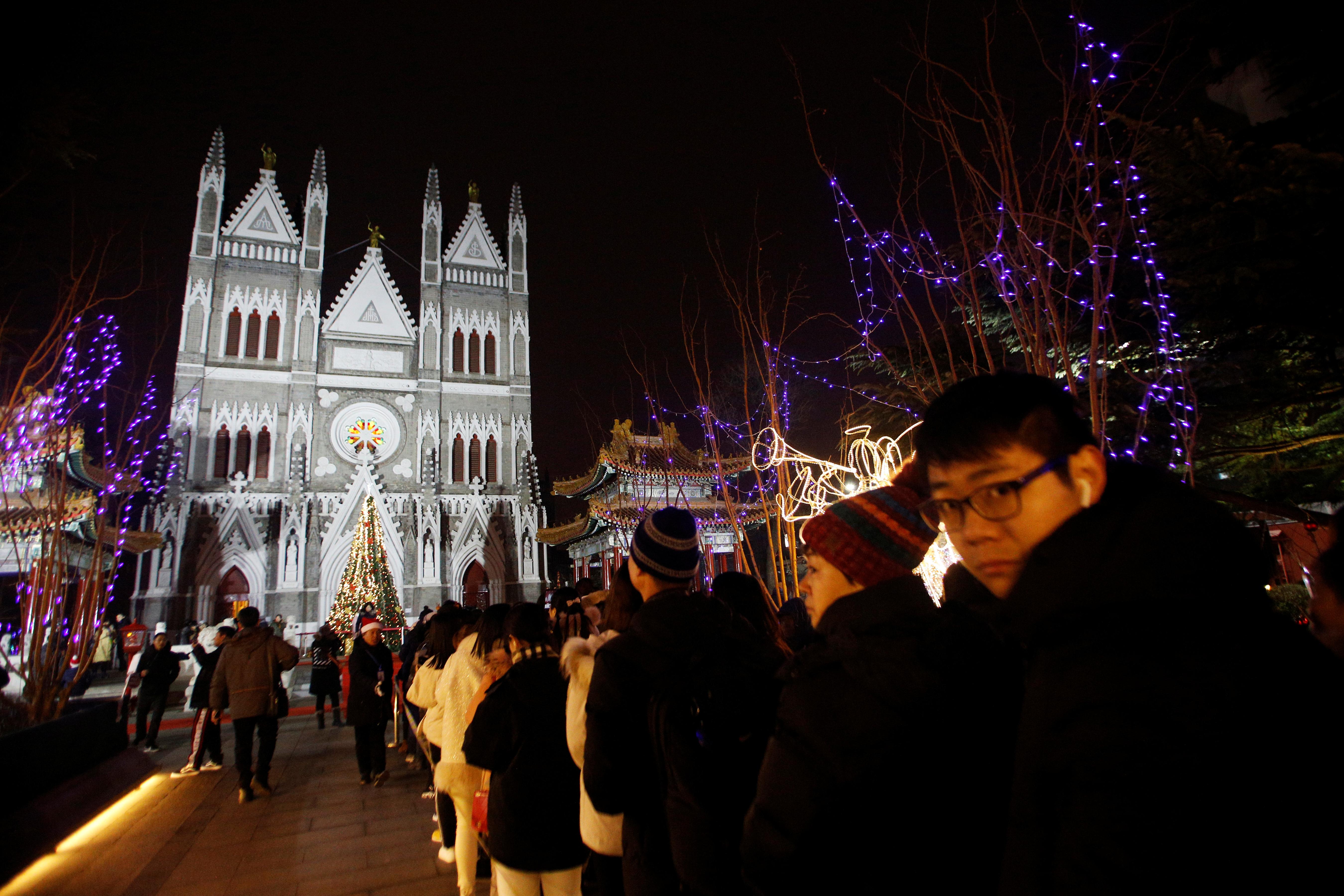 圣诞节现在不仅是基督徒的节日,也正日渐成为中国众多不信教年轻人的习惯。北京西什库天主教堂周二晚涌入大量民众,体验平安夜的节日气氛。-路透社-