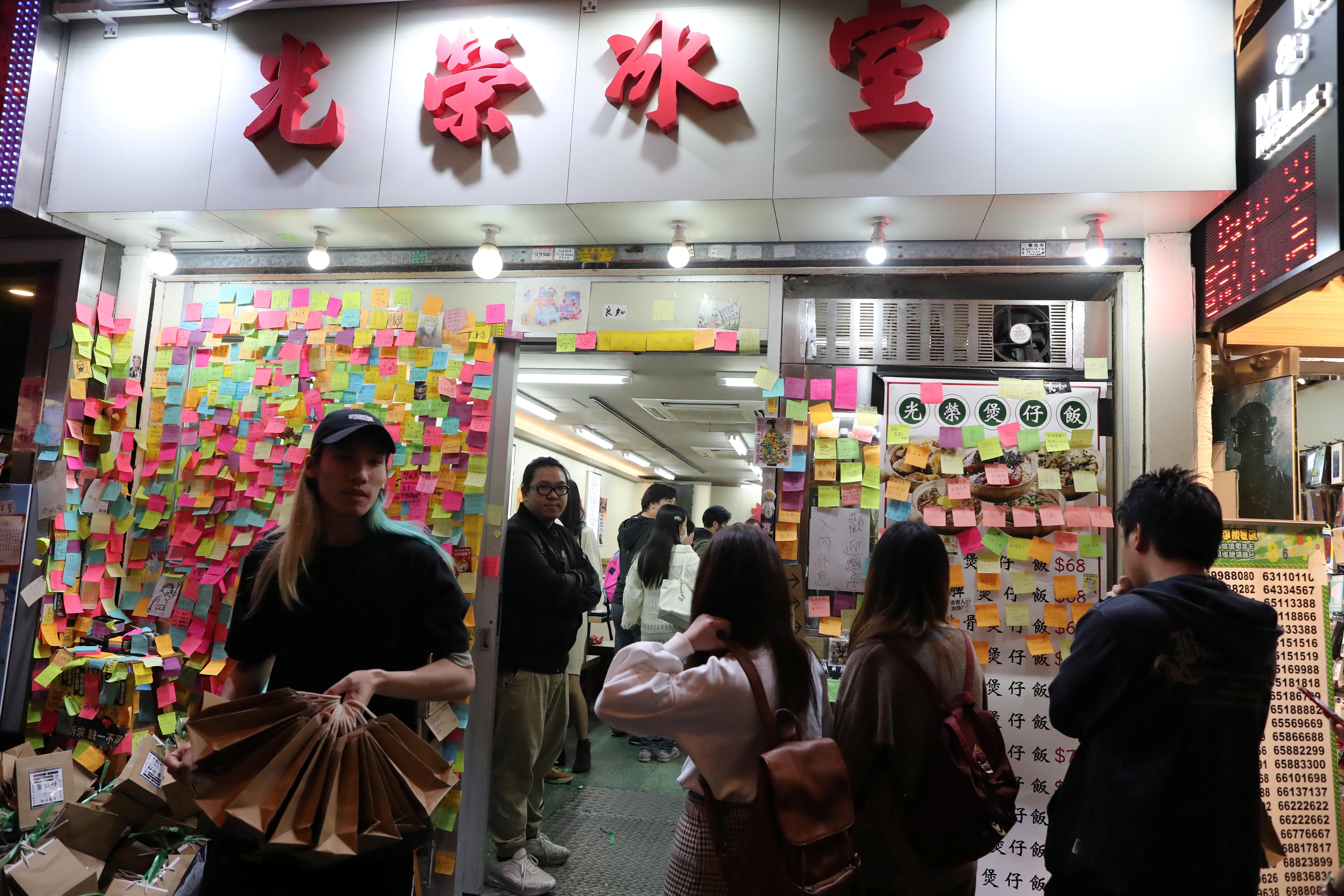 入夜后,大批市民排队等候进入店内,人龙遍布整条厚福街。-路透社-