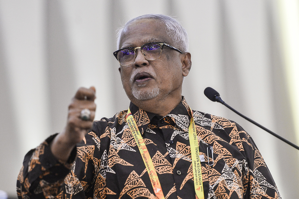 Datuk Mahfuz Omar said the government will consider the proposal of Cuepacs, which sought to fix the minimum salary of civil servants at RM1,800 a month. — Picture by Miera Zulyana