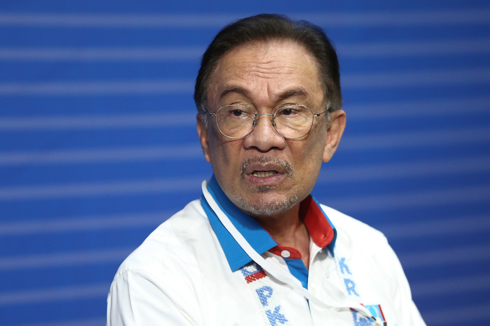 PKR President Datuk Seri Anwar Ibrahim today urged Chinese education group Dong Jiao Zong not to hold its Chinese Organisation Congress that's seeking to convince the government to cancel jawi lessons in vernacular schools. — Picture by Ahmad Zamzahuri