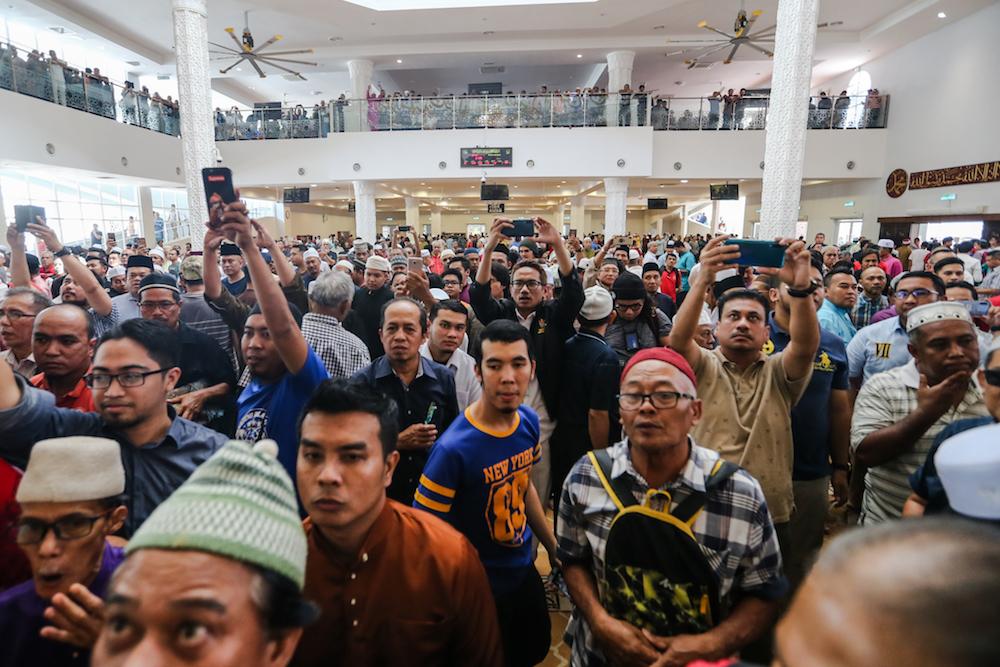 市民涌进清真寺,以见证纳吉发誓。-Firdaus Latif摄-