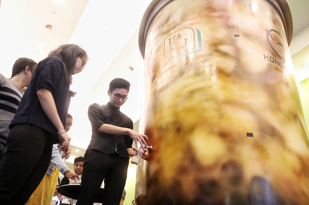 Visitors lining up for a taste of Kong Fo Cha's milk tea. — Picture by Choo Choy May