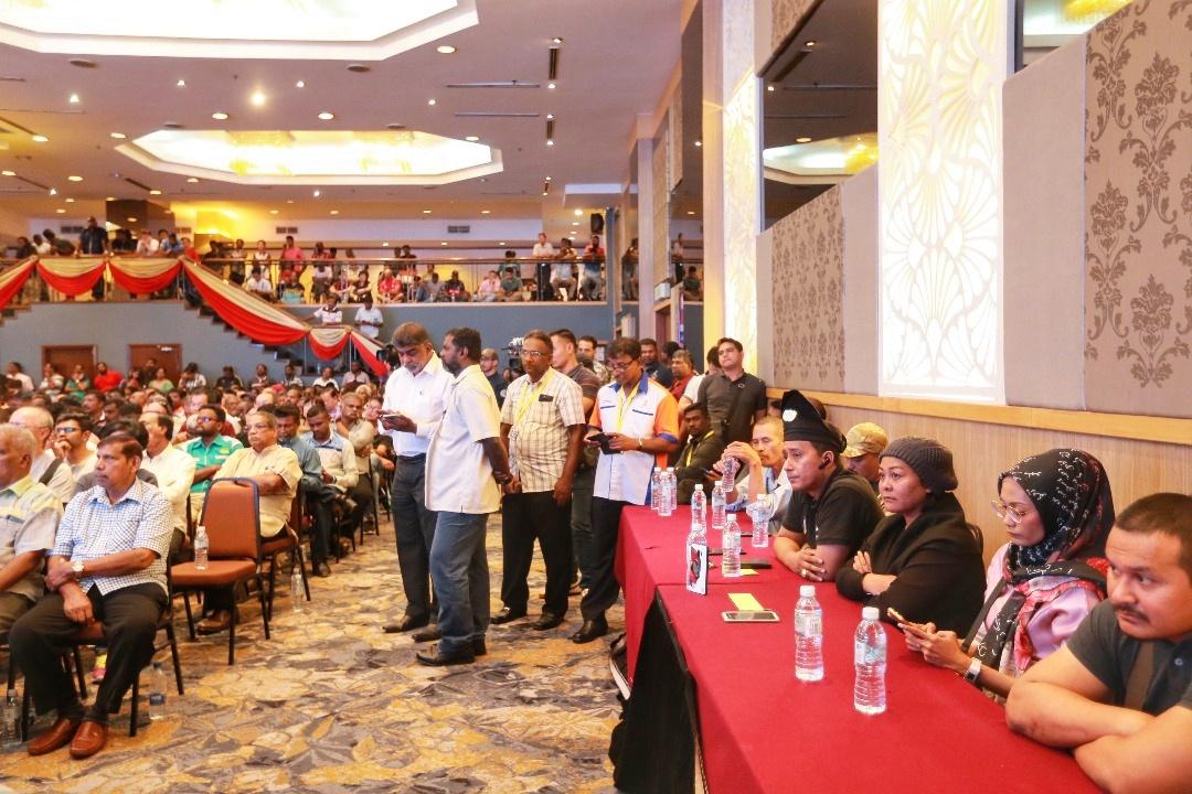 艾丽(右3)等马来组织代表在全国爪夷大会上,聆听主讲人发表看法。-Ahmad Zamzahuri摄-
