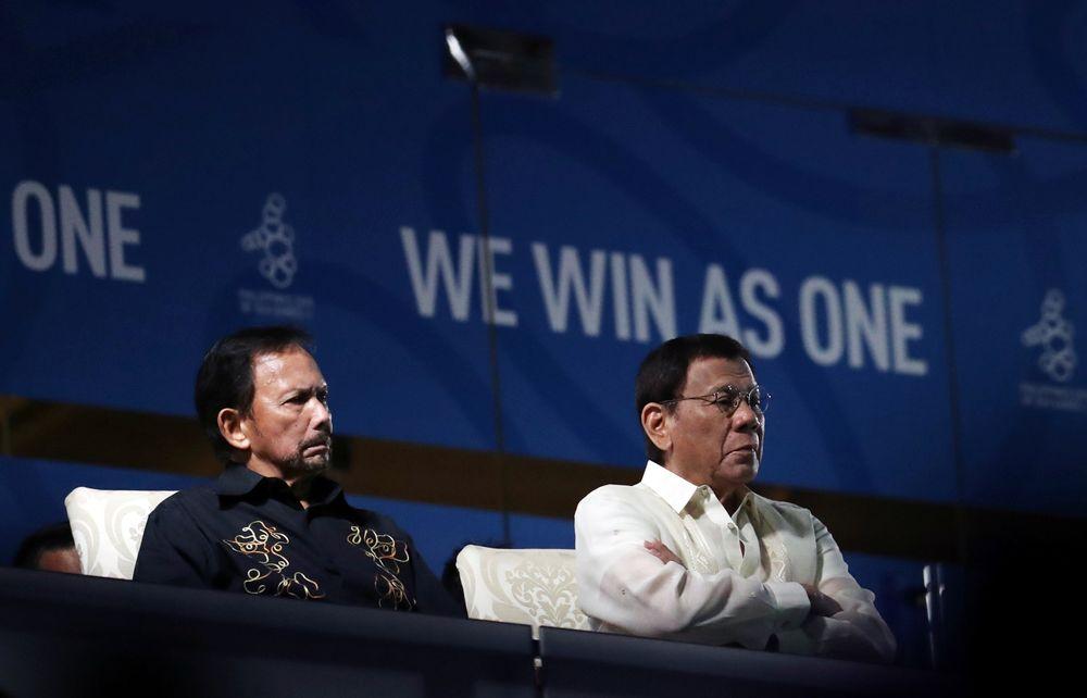 菲律宾总统杜特尔特(右)和汶莱苏丹博尔基亚周六出席观看第30届东南亚运动会的开幕仪式。-法新社-