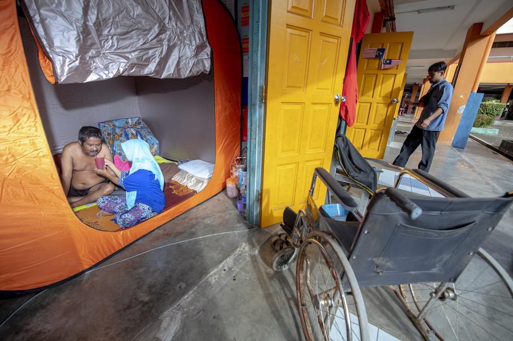 A couple seek shelter at a relief centre in Sekolah Kebangsaan Gual Tinggi in Rantau Panjang December 3, 2019. — Bernama pic