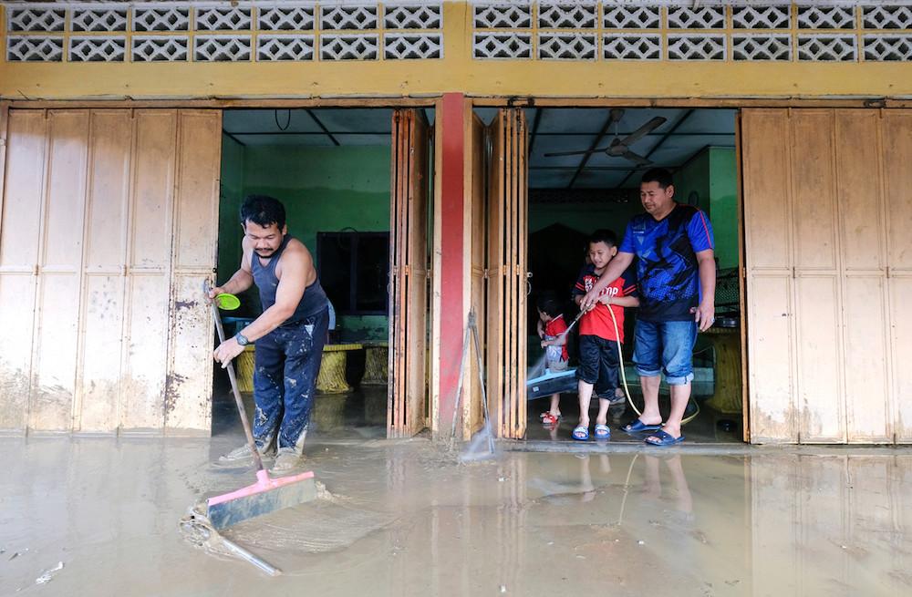 People clean up after floods in Kampung La, Jerteh December 4, 2019. — Bernama pic