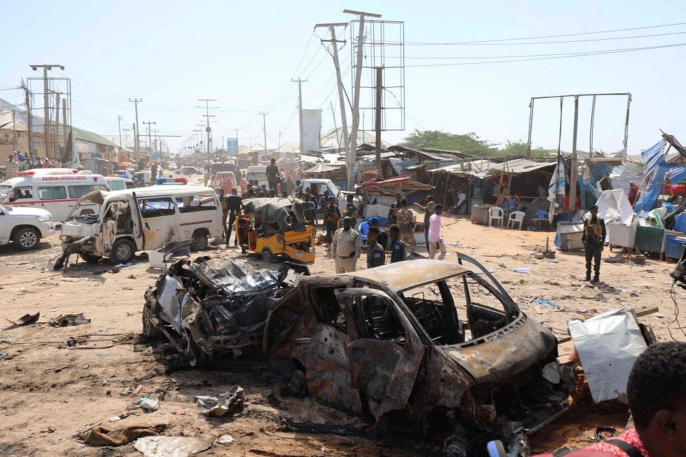 摩加迪沙一个安全检查站附近发生汽车爆炸,炸弹威力强大,汽车被炸得扭曲变形。-路透社-