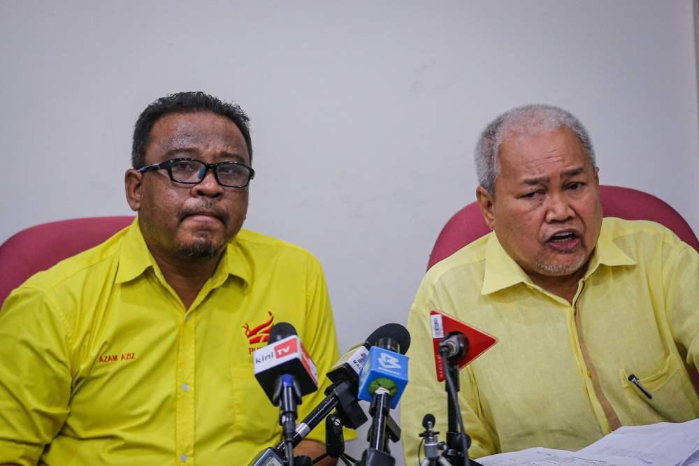 Putra Vice-President Mohd Khairul Azam Abdul Azim (left) and Putra President Datuk Ibrahim Ali (right) at a press conference in Kuala Lumpur December 26, 2019. ― Picture by Hari Anggara