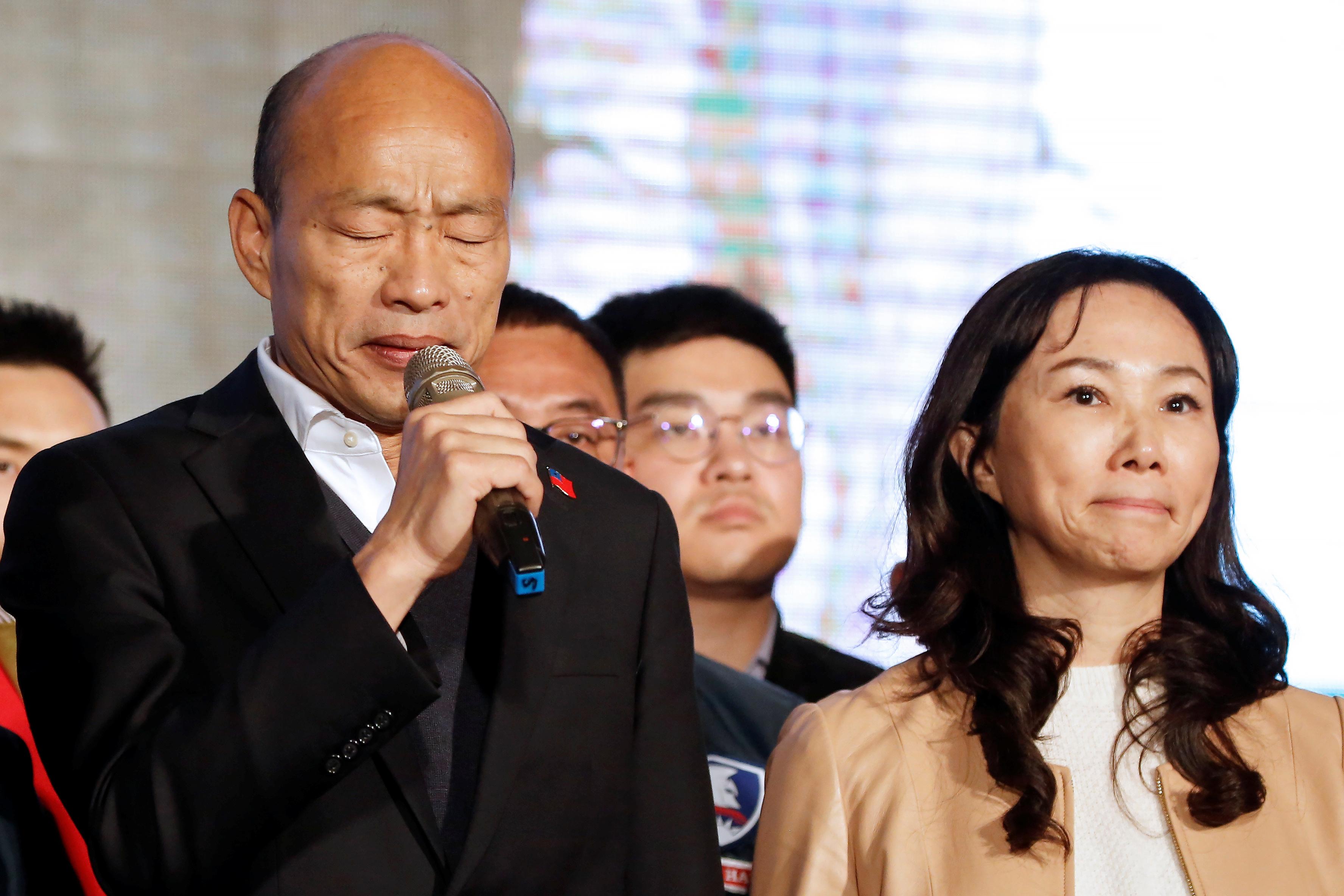 激战4个多小时左右,韩国瑜大势已趋,偕同妻子李佳芬等人,出面宣布败选并向支持者鞠躬致谢,坦然接受选举结果。-路透社-