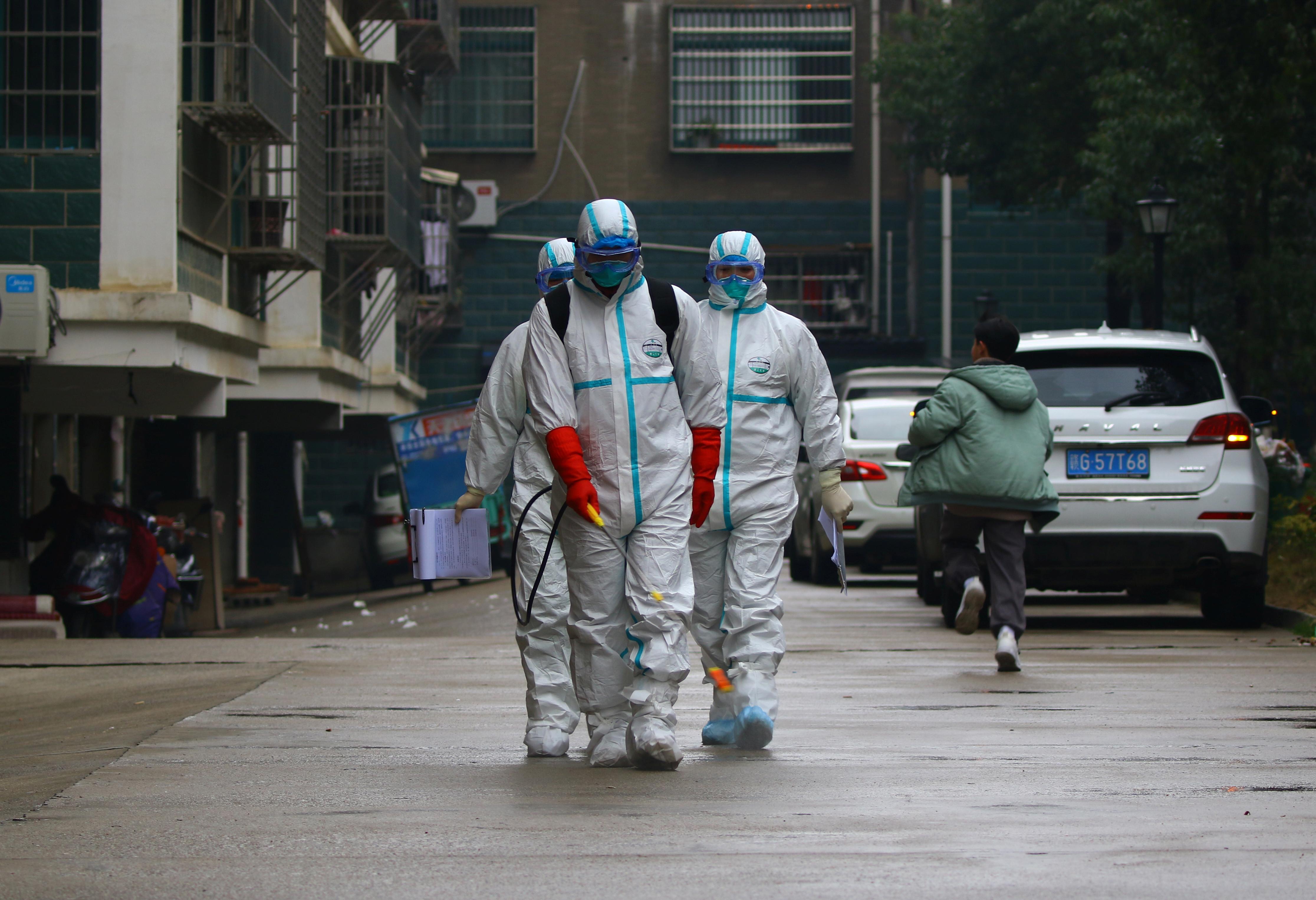 武汉肺炎疫情传出后,江西省瑞昌市的防疫人员,周六穿上防护服为当地住宅区消毒。-路透社-