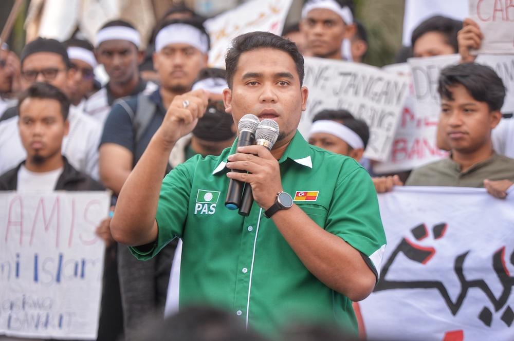 Bangi PAS Youth chief Khairul Nadzir Helmi Azhar speaks during 'Himpunan Bangkit Pertahan Jawi, Haramkan Dong Zong' in Kuala Lumpur January 1, 2020. — Picture by Shafwan Zaidon