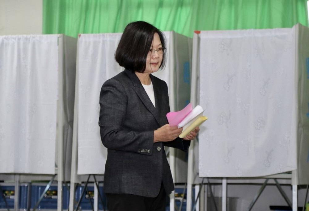 台湾第15任总统副总统及第10届立法委员选举周六举行,蔡英文上午9时前往新北市永和区的投票所,投下3张选票。-中央社-