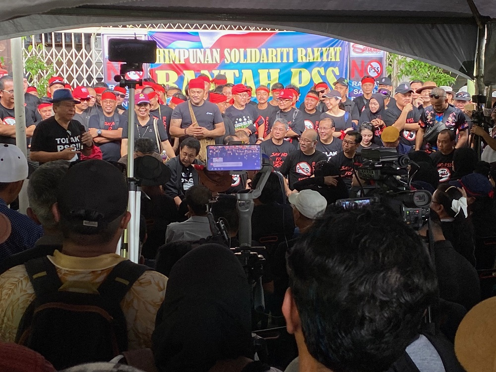 Datuk Anifah Aman addressing the crowd gathered for the anti-PSS rally in Membakut January 15, 2020. — Picture by Julia Chan