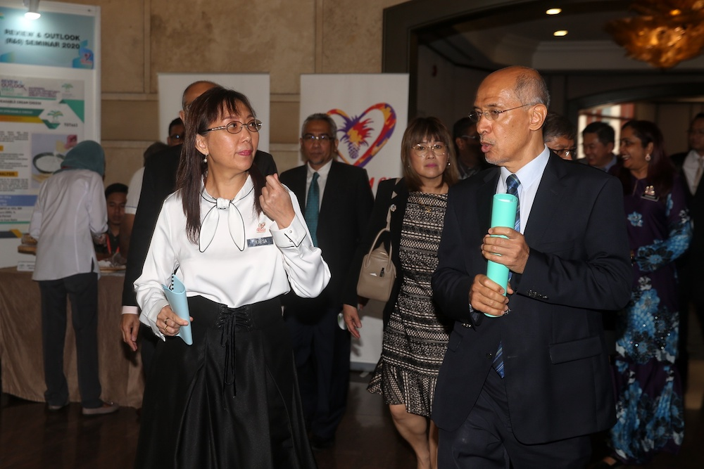 Primary Industries Minister Teresa Kok and Malaysian Palm Oil Board chairman Tan Sri Mohd Bakke Salleh arrive for the Palm Oil Economic Review and Outlook Seminar 2020 in Kuala Lumpur January 16, 2020. — Picture by Choo Choy May