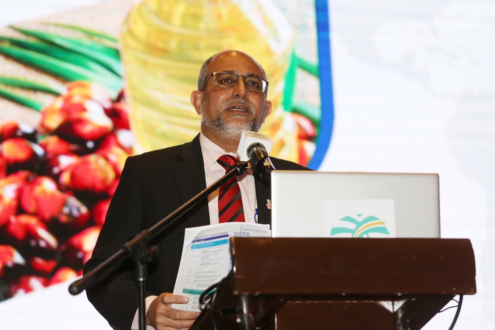 Malaysian Palm Oil Board director-general Ahmad Parveez Ghulam Kadir said during the first implementation of the MCO, agriculture was the only sector that recorded positive growth of 0.9 per cent year-on-year for the second quarter of 2020. — Picture by Choo Choy May