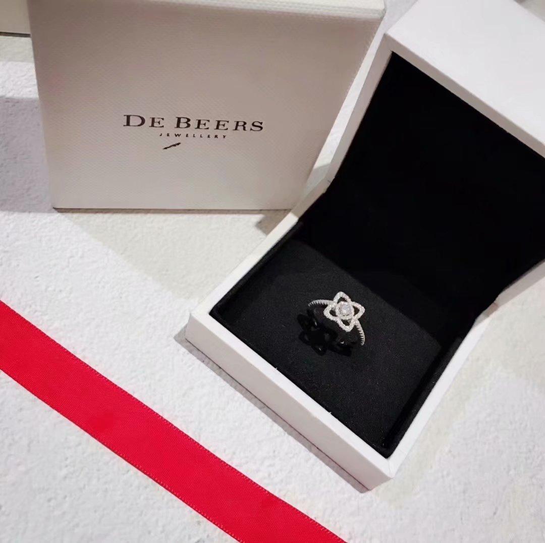戴比尔斯也打脸自己,在去年推出了人造钻石。