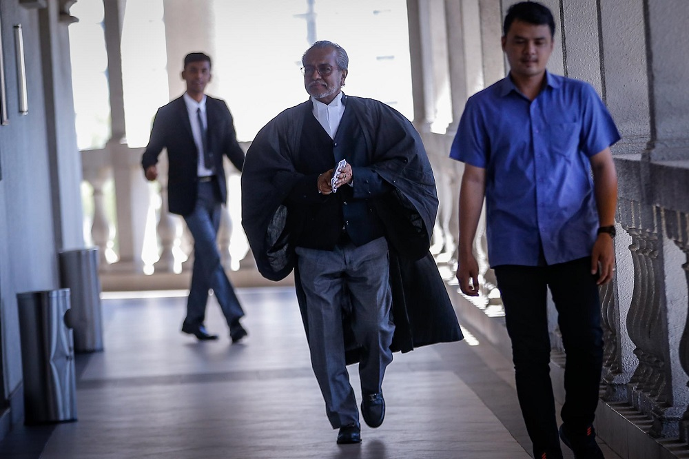 Lawyer Tan Sri Muhammad Shafee Abdullah arrives at Kuala Lumpur Court Complex January 24, 2020. — Picture by Hari Anggara