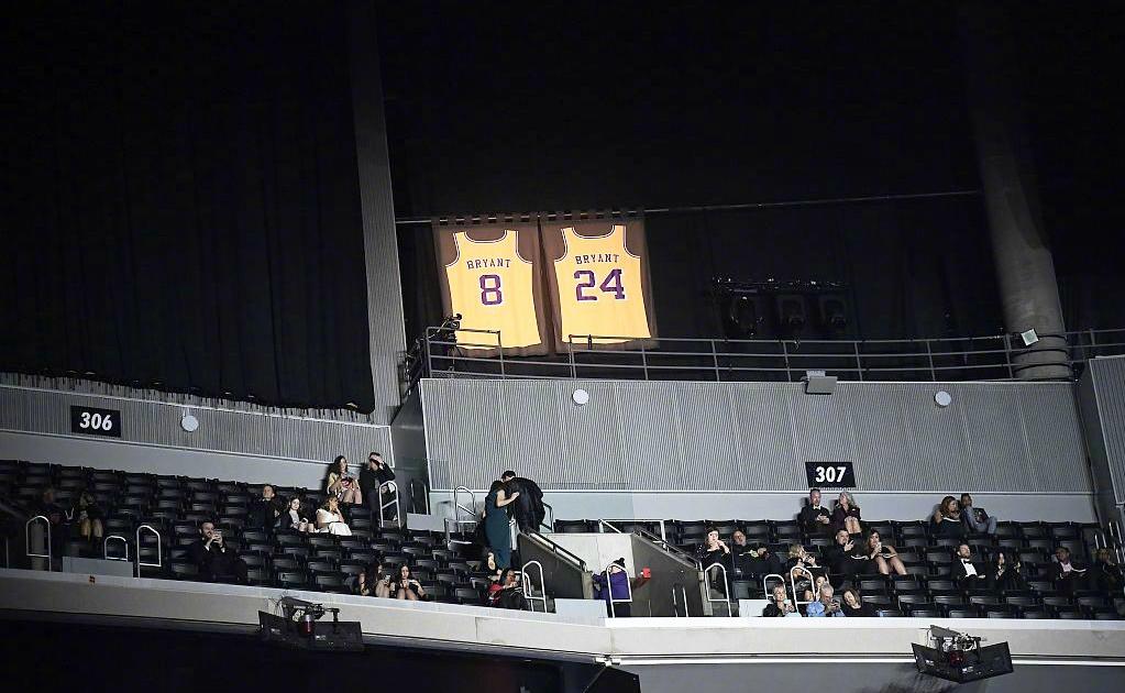 科比的8号和24号球衣还高高悬挂在斯台普斯中心内。-摘自网络-
