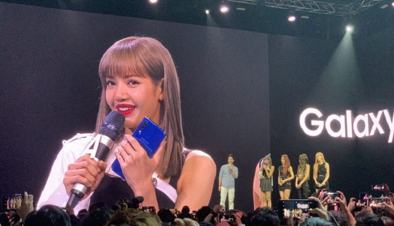Blackpink is Samsung's official ambassador for the Galaxy A series and they were also up on stage during the unveiling of the Galaxy A70 and Galaxy A80 in Bangkok last year. — SoyaCincau pic