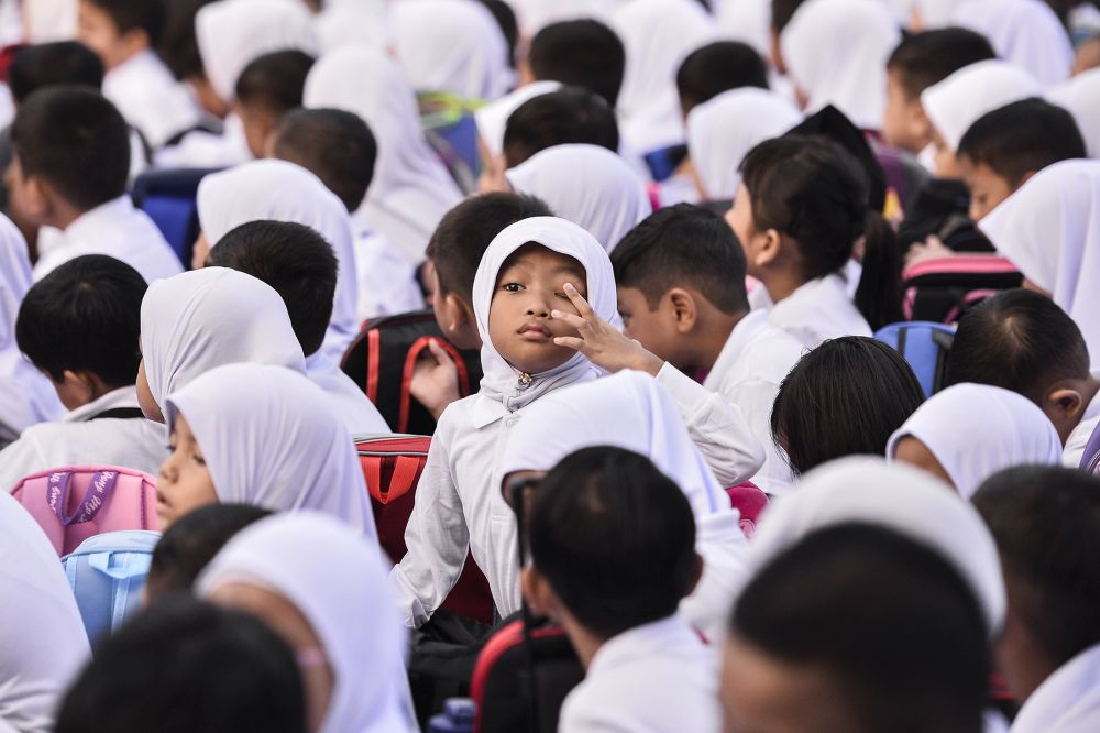 Primary school students start their new school term at Sekolah Kebangsaan Seksyen 16 in Shah Alam January 2, 2020. — Picture by Miera Zulyana