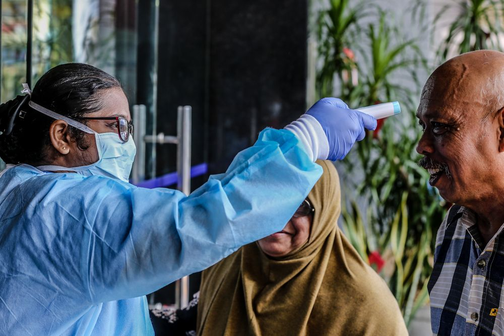 According to the Ministry of Health, close contacts are individuals who have been in direct contact or have interacted with a person who was later confirmed as a Covid-19 patient.  — Picture by Firdaus Latif