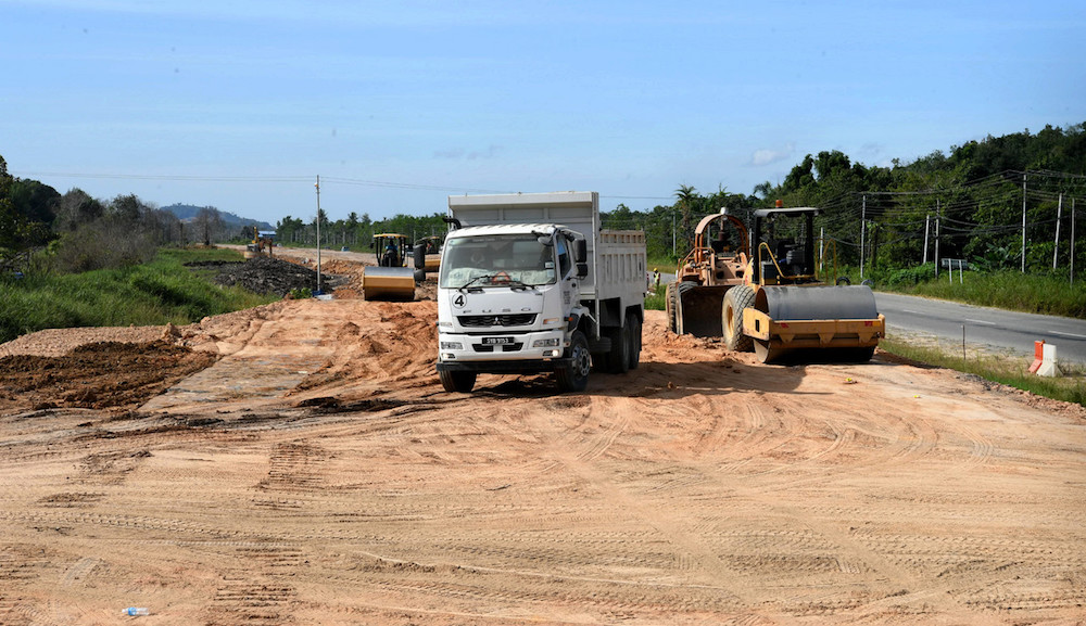 Contractors carry out construction work on the Pan Borneo Highway near Jalan Mawao Membakut in Membakut January 7, 2020. — Bernama pic